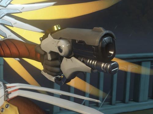 Merchandising de Blizzard: Réplicas del arma de Tracer, Mercy y Roadhog